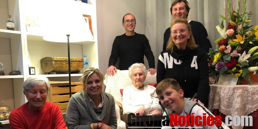 Dolors Puig acompanyada de l'alcalde i la regidora de Gent Gran, i d'una part de la seva família