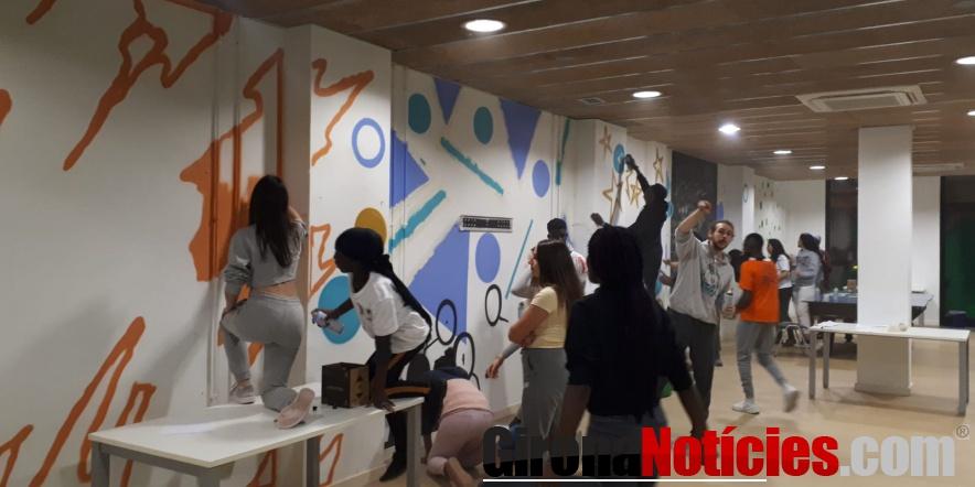 alt - Els joves participants en l'elaboració dels grafits