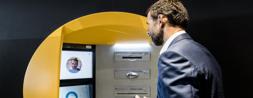 alt - CaixaBank posa en marxa el primer caixer amb tecnologia de reconeixement facial a Lleida