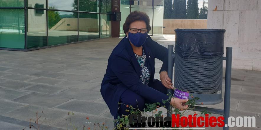 L'alcaldessa, Montserrat Roura, ahir enganxant un dels adhesius