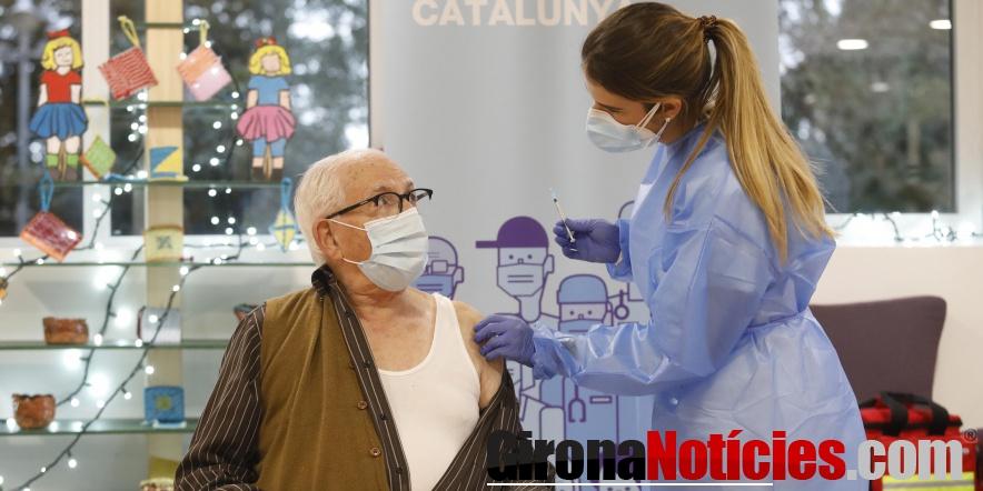Primera vacuna a un avi de la Residència de Gent Gran de Creu de Palau
