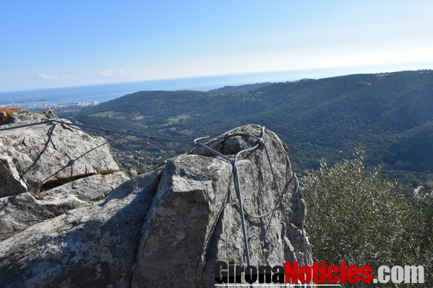 Treballs d'estabilització de les roques a Castellbarri