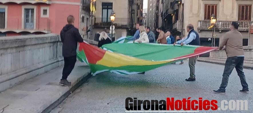 Vox cuelga una pancarta en Girona